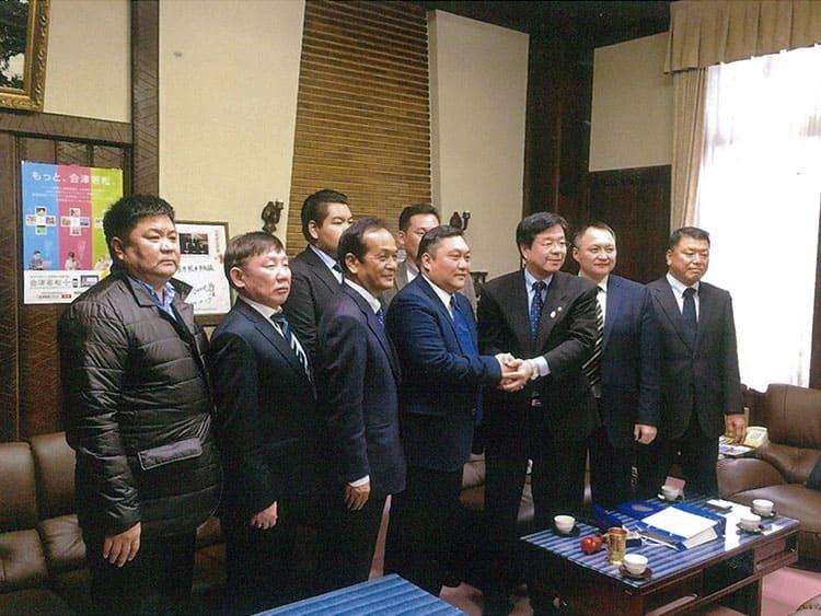 ダルハン市エンフボルト市長他2名、トムロー会長、アンハ、ツゥゴオー両役員が会津若松市役所を表敬訪問。